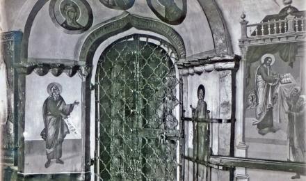 Вход-из-притвора-в-Успенском-храме