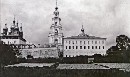 Успенский-собор-колокольня-и-один-из-соборных-домов.-Фото-В.Н